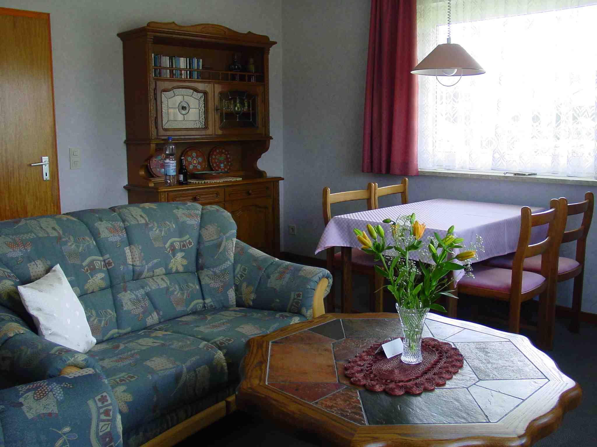excellent wohnzimmer mit x sitzcouch esstisch und sthle mit schrank radio und telefon with couch fr esstisch